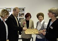 Von links: Kirsten Oberste-Kleinbeck (Vorsitzende des Sozialausschusses der Stadt), Stefan Zimkeit (schulpolitischer Sprecher der SPD-Fraktion), Angelika Jäntsch, Walburga Grunauer. Rechts: Frau Barbara Raasch, zuständige Projektleiterin