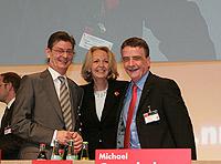 Schatzmeister Norbert Römer und Generalsekretär Mike Groschek gratulieren Hannelore Kraft zum hervorragenden Wahlergebnis