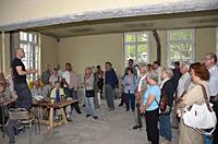 Christoph Stark vom Verein kitev erläutert den Teilnehmerinnen und Teilnehmern der SPD-Sommerschule die Umbauarbeiten im Bahnhofsturm