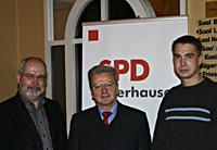 Oberhausens SPD-Vorsitzender Wolfgang Große Brömer, Joachim Poß, stv. Vorsitzender der SPD-Bundestagsfraktion, sowie der Oberhausener Juso-Vorsitzende Stefan Scheffler (v.l.)