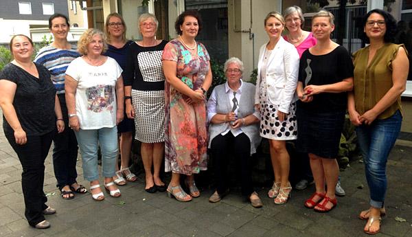 """Die Oberhausener ASF verlieh auch in diesem Jahr die """"Luise"""" an starke Frauen: Preisträgerinnen 2016 waren Christel Hegenberg (sitzend) und der Verein """"Frauen helfen Frauen"""""""