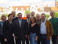 Gruppenbild mit Kanzler (v. l.): Anne Janßen, Heide Simonis, Burkhard Drescher, Gerhard Schröder, Wolfgang Große Brömer, Dirk Balthaus, Elia Albrecht-Mainz, Hartmut Schmidt, Stefan Zimkeit