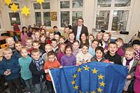 Hatte eine Europafahne für die Kinder der Alsfeldschule mit im Gepäck: Der Europaabgeordnete Jens Geier