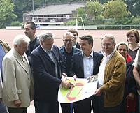 Von links nach rechts: Josef Loege (Vorsitzender Sportausschuss), Dietmar Ingenerf (Bereichsleiter Sport), Apostolos Tsalastras (Sportdezernent), Michael Groschek (Landtagsbageordneter und Generalsekretär der NRWSPD) und Oberbürgermeister Klaus Wehling